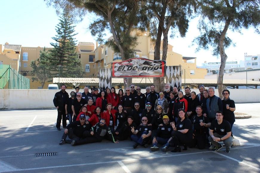 Foto de familia con miembros de la organización.