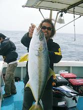 Photo: 船頭さんも6kgオーバーヒラスキャッチ。 やったね!