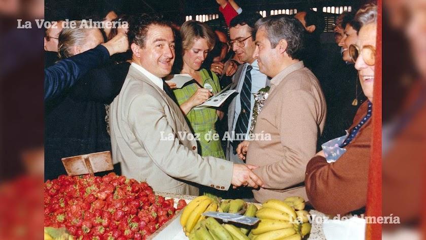 Soledad Becerril  vino a Almería en mayo de 1982 durante la campaña electoral. En su visita al Mercado Central estuvo firmando autógrafos.