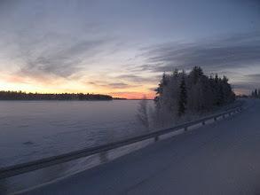 Photo: Bussin tuulilasin läpi kuvattu kaamosajan alku Saarijärvellä 24.11.2007..