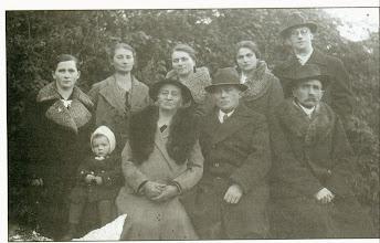 Photo: Henryk Muller z matką, siostrami, szwagrami i siostrzenicą.
