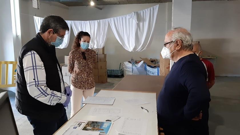 Visita del alcalde de Adra a Cáritas.