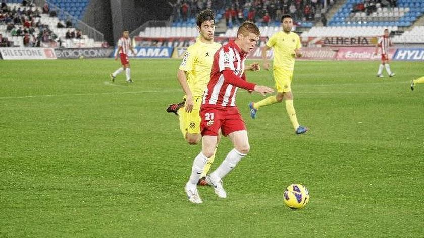 Adrián Gunino en el choque contra el Villarreal en el Mediterráneo.tyle>.apqj{position:abs