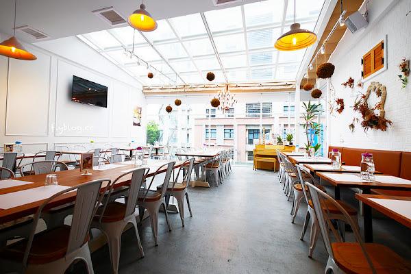希拉餐廳┃員林美食推薦:員林老字號義式餐廳餐點表現不俗,漂亮的落地窗彷彿置身於玻璃屋中用餐,選用Lazazza也讓人留下深刻印象