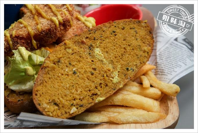 世奇商旅酥炸魚排附檸檬全麥麵包