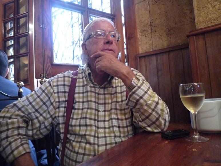 Carlos Pérez Siquier, durante una entrevista en el bar Chele. (Foto: Guillermo Fuertes)