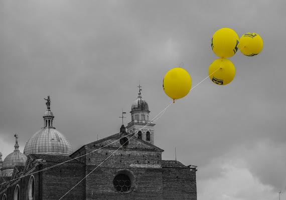 Palloncini gialli nel cielo grigio di rosy_greggio