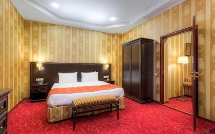 Завтрак включен в стоимость. В номере: двуспальная кровать, ванная комната, телевизор, холодильник, рабочая зона, беcплатный wi-fi