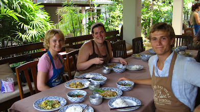 Photo: Ashley, Catherine, and I sitting down to enjoy our Phad Thai and Gaeng Kheo Wan Gai (green curry w/ chicken [tofu and pumpkin for me])