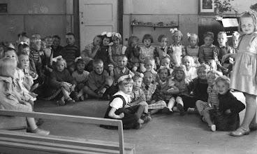 Photo: Jyvälän pirtti lastentarhan laulusalina 1950-luvun alussa
