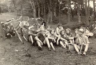 Photo: VCJC kamp Dwingelo 1958 v.l.n.r. Marchienus Jobing, Henderikus Hadderingh, Hendrik Hoving, Jans Oosting, Reina Pepping, Jantje Martens, Seichien Oosting, Giny Poelman, Boelina Rabs en Henderikus Rozenveld