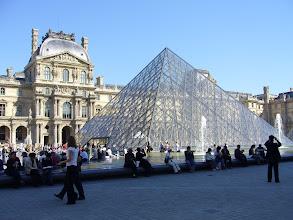 Photo: Pyramide am Louvre