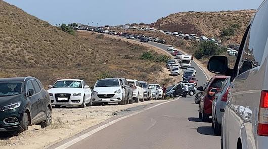 Caos en la carretera a la playa de Los Muertos de Carboneras