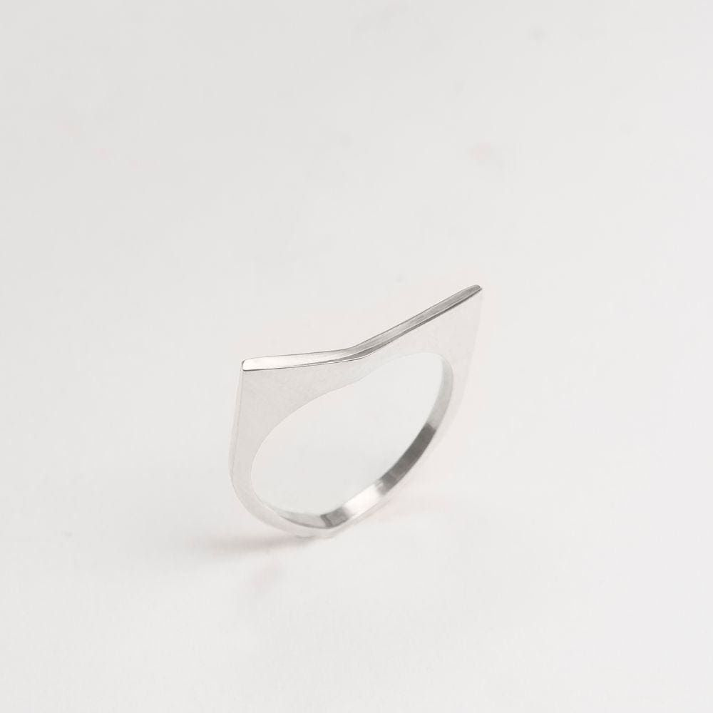 Cornelia Webb, vinklad ring av återvunnet silver