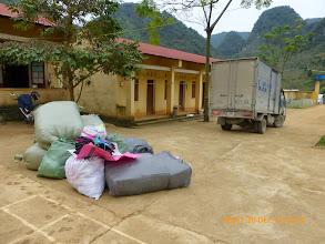 Photo: Những tải quần áo này chở hộ đi Bảo Lâm cho 1 cơ quan từ thiên khác phát cho học sinh nghèo .