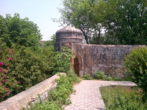 Lalarukh's tomb, walled courtyard