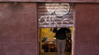 Un autónomo echa el cierre de su negocio.