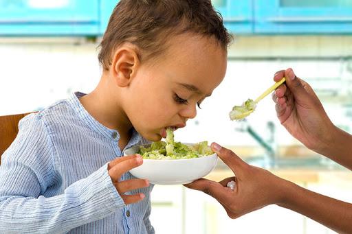 Trẻ ăn vào là bị nôn có sao không, những điều cha mẹ cần biết