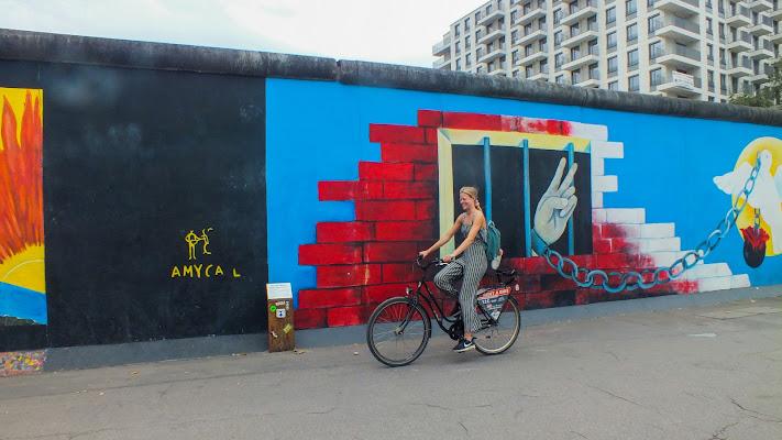 Davanti al muro di Berlino di Giò Volpi