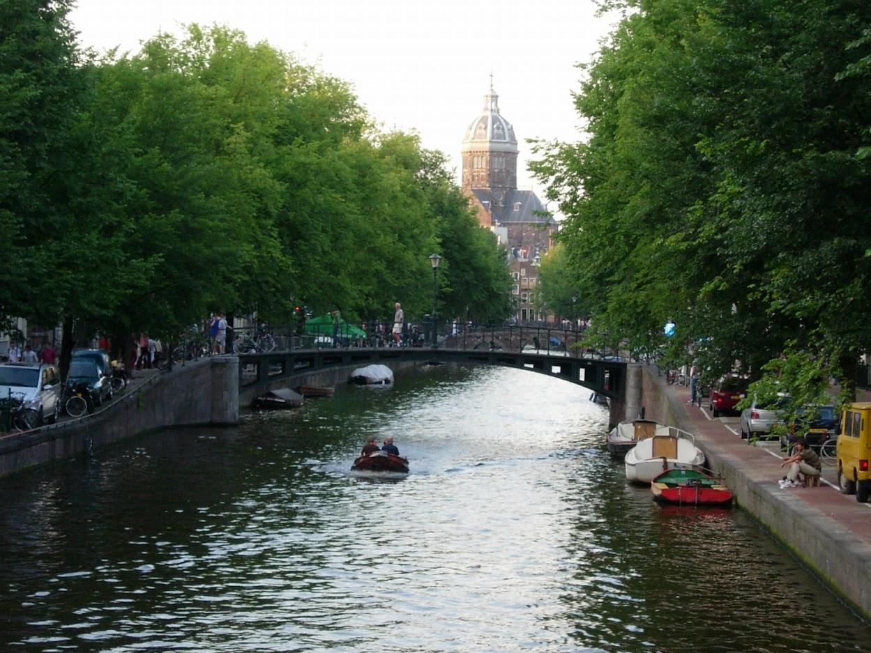 Canal et vue sur l'Eglise Saint-Nicolas à Amsterdam