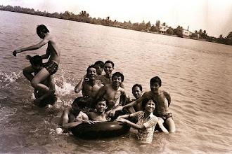 Photo: Tắm sông tại cư xá Thanh Đa, bạn nữ là Huỳnh Kim Cúc (MS2)