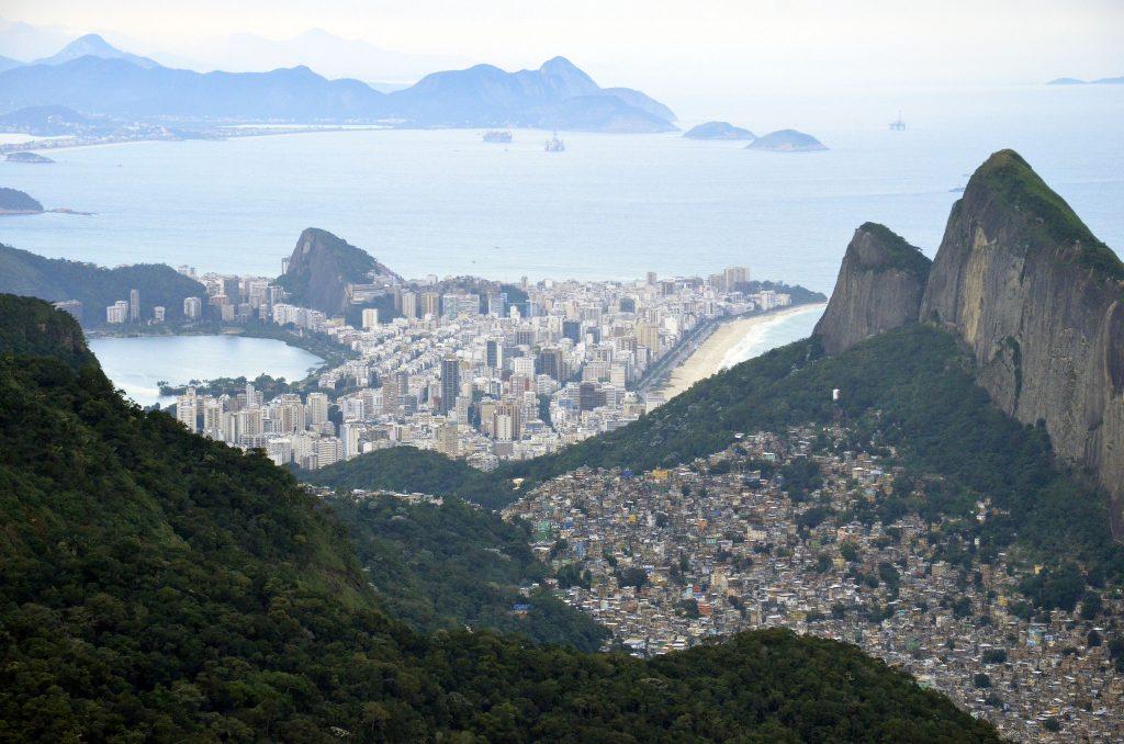 Paisagem vista de cima de uma das trilhas do Rio de Janeiro.