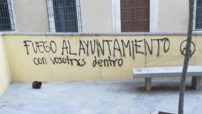 Pintada frente a la concejalía de Hacienda, en la calle Arráez, que ha publicado el Ayuntamiento en Twitter.