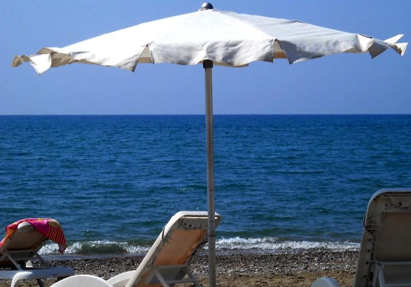 Ombrellone d'aprile al vento di mare... di Rossella Valitutti