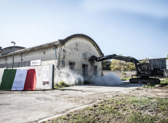L'abbattimento di uno degli edifici dell'ex caserma Boscariello