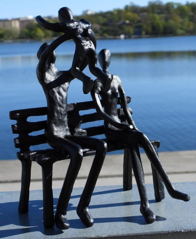 Metallfigur familj på bänk