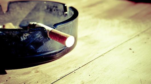 Un hombre pierde la custodia de sus dos hijos por fumar delante de ellos
