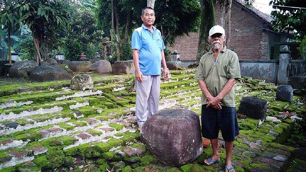 Hartono (kiri) dan Soimin, Rabu (13/4), berdiri di Situs Umpak Songo di Desa Tembokrejo, Kecamatan Muncar, Kabupaten Banyuwangi, Jawa Timur. Mereka mengaku sebagai keturunan Mbah Nadi Gede, penemu Situs Umpak Songo, yang diyakini sebagai sisa bangunan dari peninggalan Kerajaan Blambangan di wilayah paling timur Pulau Jawa itu. Dari situs ini, legenda Menak Jingga
