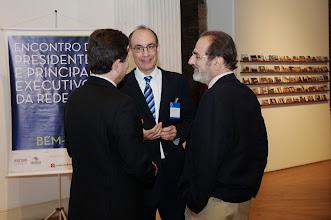 Photo: Fernando Rossetti (secretário-geral do GIFE) conversa com Sérgio Mindlin e Ricardo Piquet. (Crédito: Romeo Campos)