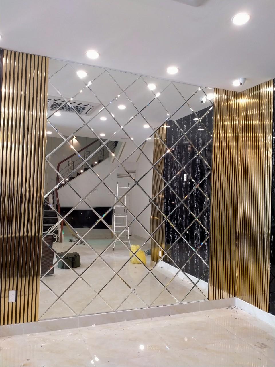 Gương ốp tường trang trí hình quả trám ứng dụng linh hoạt trong nhiều thiết kế khác nhau