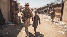 Un marine escolta a un niño afgano durante la evacuación de Kabul.