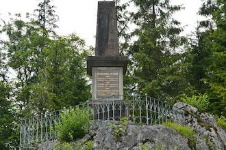 Photo: Na skale przy drodze stoi pomnik ku czci dzielnych obrońców francuskich wojen 1800, 1805 i 1809.