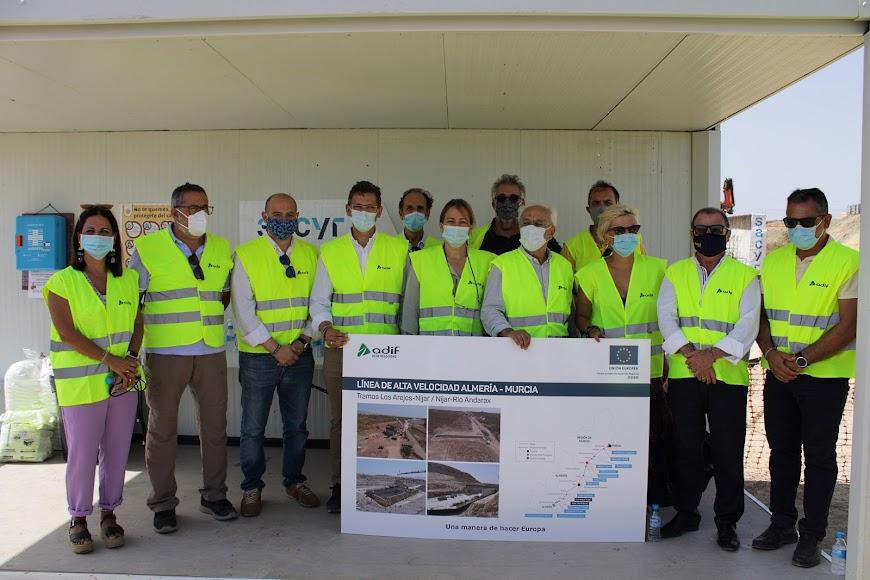 Foto de familia de los asistentes a las obras del AVE en Los Arejos-Níjar.