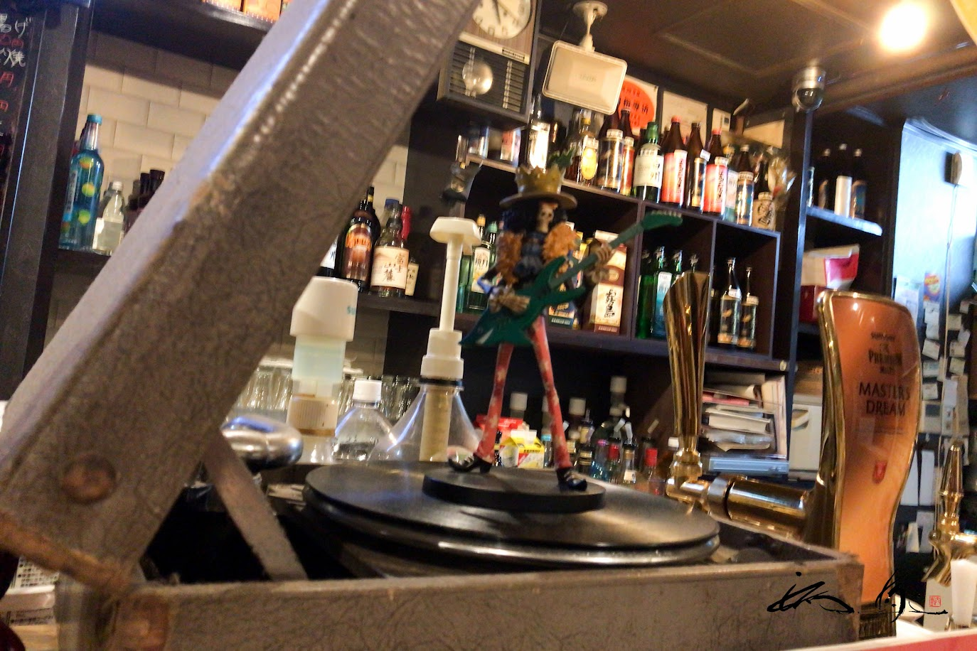 レコードプレーヤーの上で踊る不気味なお人形
