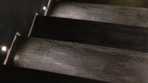 marches d'escalier en béton ciré coloré