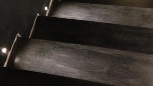 habiller des marches et contre marches d'escalier en béton ciré par Les Bétons de Clara spécialistes du béton ciré
