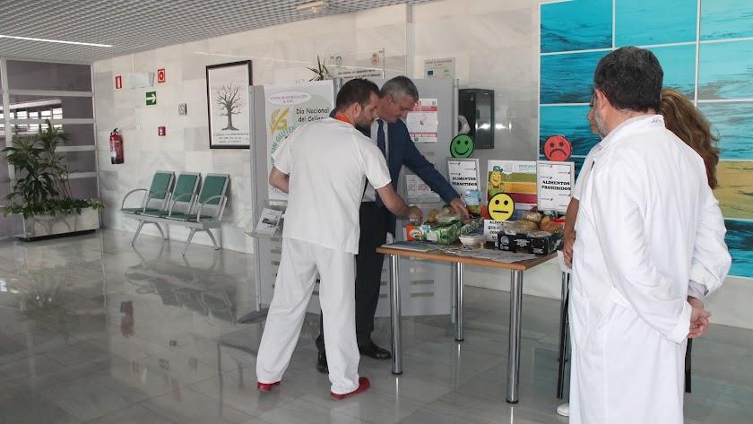 Mesa informativa instalada ayer en el Hospital de Alta Resolución de El Toyo.