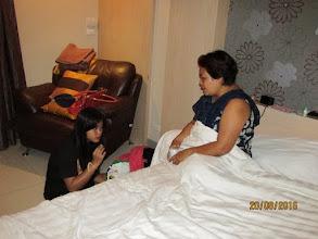 Photo: Neng advises daughter Hoong on something
