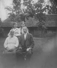 Photo: Salių šeima. Ieva ir Kazimieras su dukterimis. Nuotrauka iš Juozo Šakinio asmeninio archyvo.
