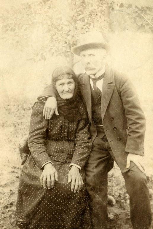 Zdjęcie: Józef Zgrzebnicki wraz matką. Zdjęcie wykonane wChrobrzu w1917 roku.  (fot. zarch.Wiesława Grabik)