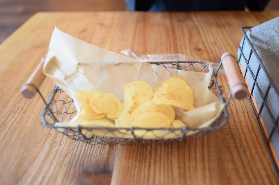 新舞子のカフェ「ネストバイザシー」ランチのポテトチップス