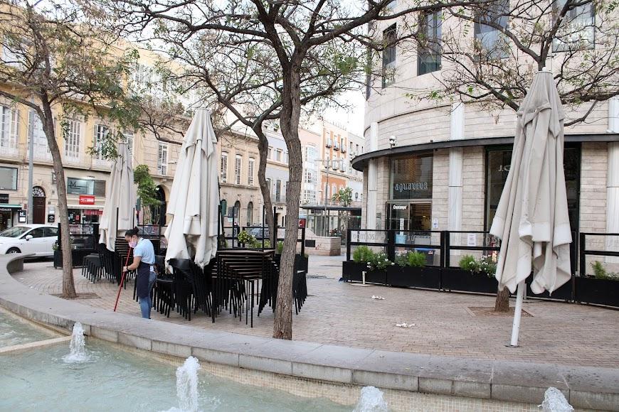 Limpiando la terraza de Aguaviva, en Puerta de Purchena.