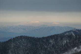 白山(左)と別山(右)、手前は越美山地