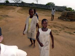Photo: de retour de l'école, Nicole arrive à l'orphelinat, prête à nous serrer dans les bras