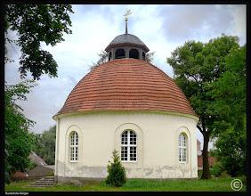 Photo: Die Rundkirche in Dolgen bei Feldberg wurde im Jahre 1806 errichtet und leidet unter Feuchtigkeitsschäden im Mauerwerk.   Evangelisch - Lutherische Kirchgemeinde Grünow / Triepkendorf   Ev. Pfarramt  Dorfstraße 19  17237 Grünow