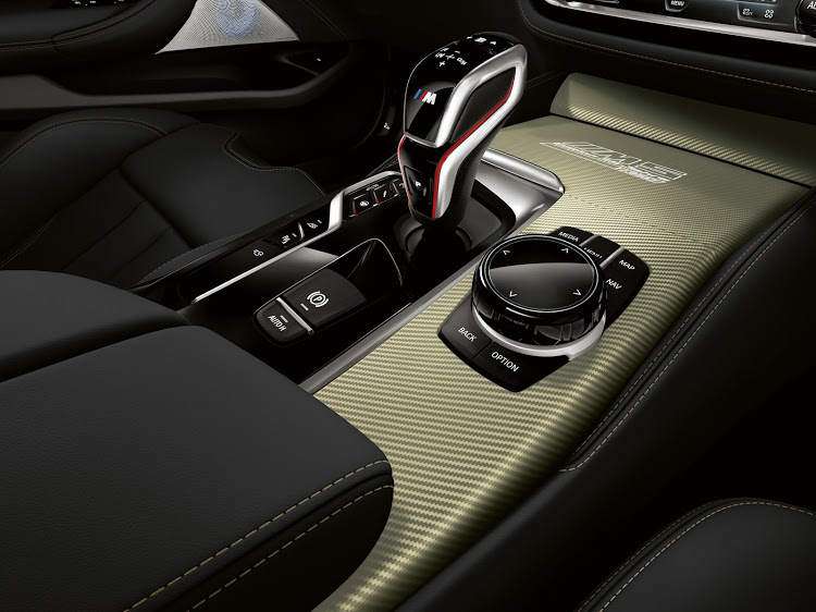 Shimmering gold surfaces decorate the dashboard, door trim sections and centre console.